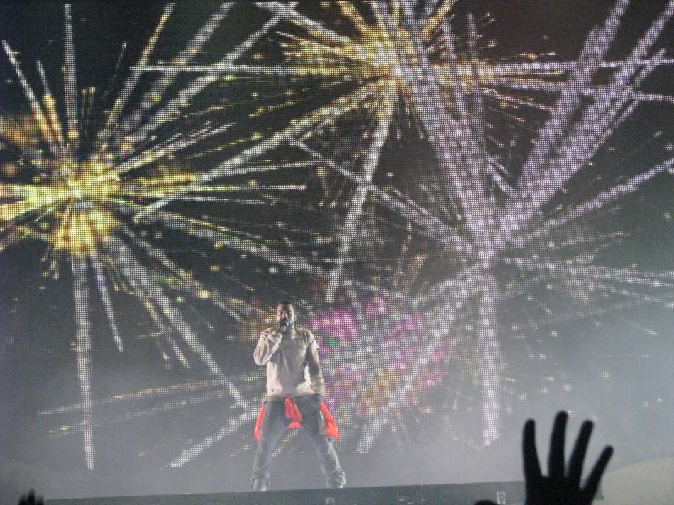 O telão interagia com Kanye de acordo com a música
