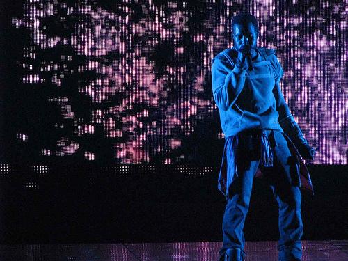 """Kanye West no palco de sua super produção, """"Glow in The Dark"""""""