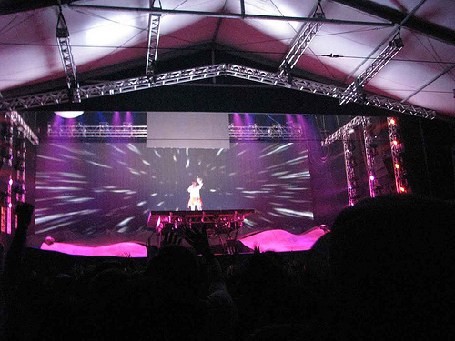 A plataforma do palco se inclinava e ia para cima ou para baixo