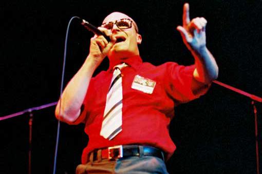 O MC Frontalot fazendo pose no palco