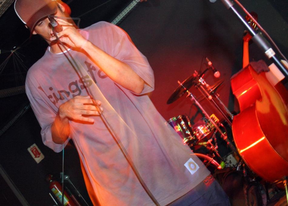 O MC Walla C apresentou 2 sons do Fluxo(RJ)