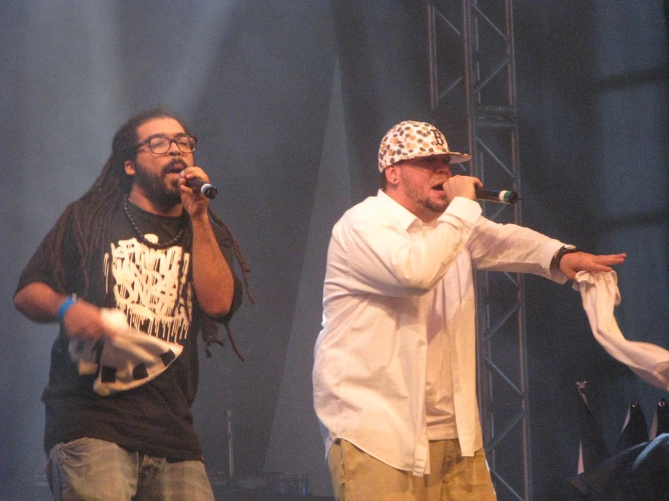 """Os MCs Macário e Prizma mostrando os sons de """"Urbanidades"""""""