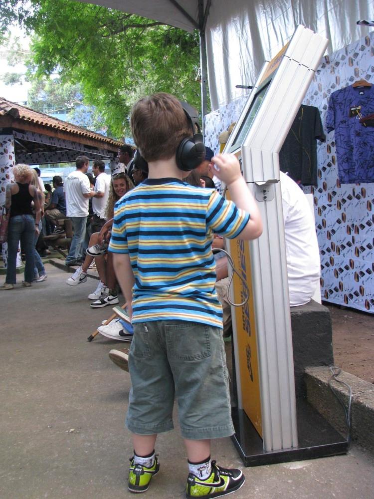 """Criança curtind as """"trilhas"""" de Parteum (by Edgard Patrocinio)"""