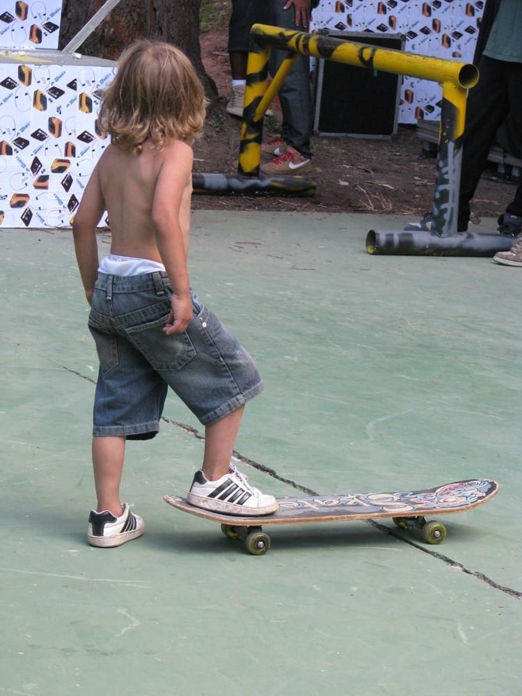 Garoto na session de skate antes do show