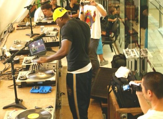 O Dj Rob Swift mostra sua performance na festa da Zulu Nation por Rox