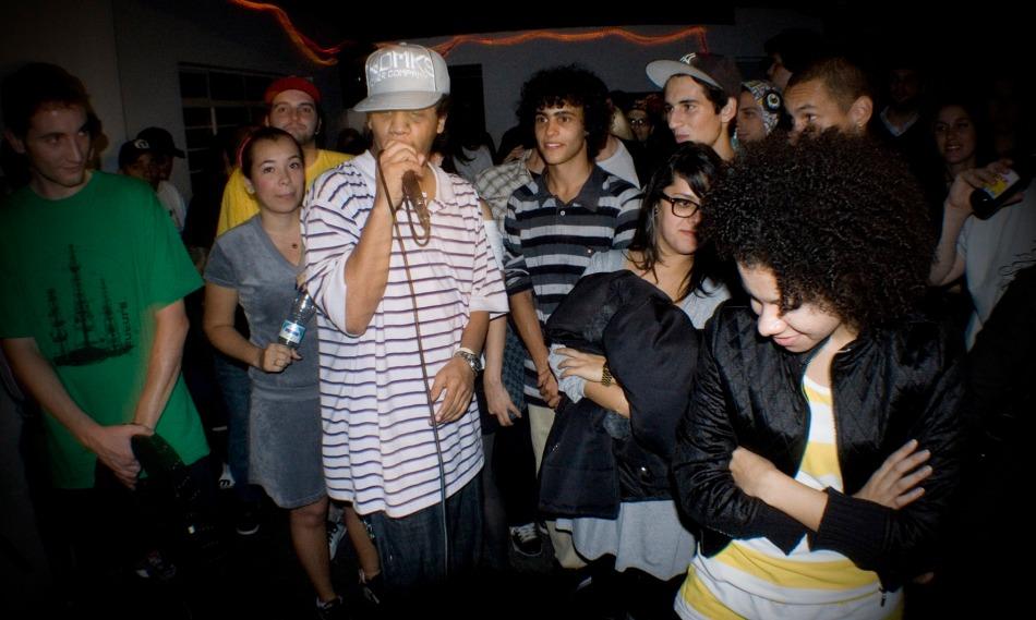 Kamau mostrando suas rimas para o público da Neu (17/04) - Acauã Novais