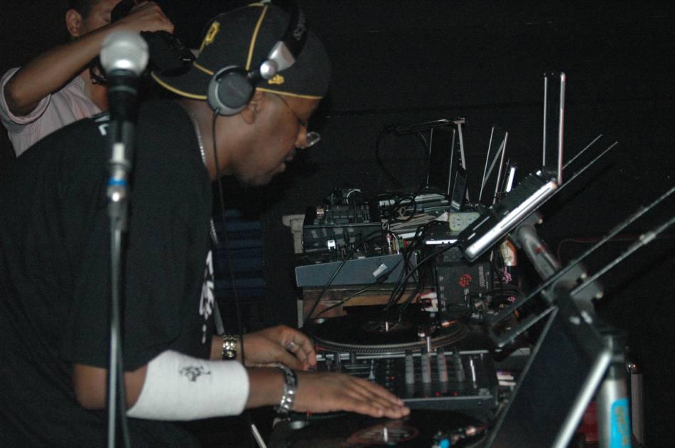 O Dj King em ação em uma das várias festas que ele toca