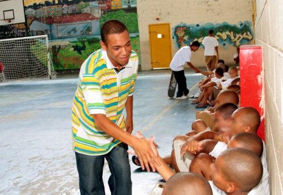 Sandro e os internos da unidade Itaquera da Fundação
